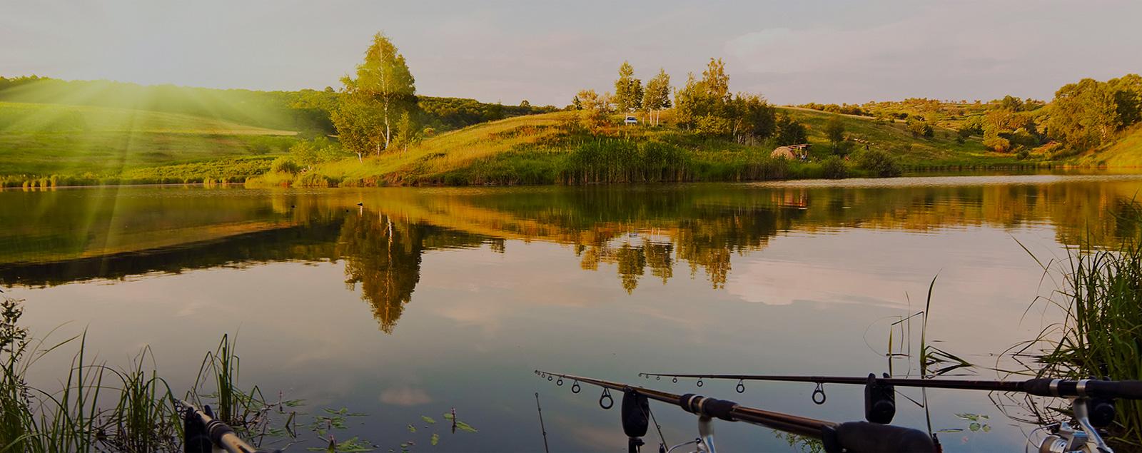 рыбалка на пруду с лодки