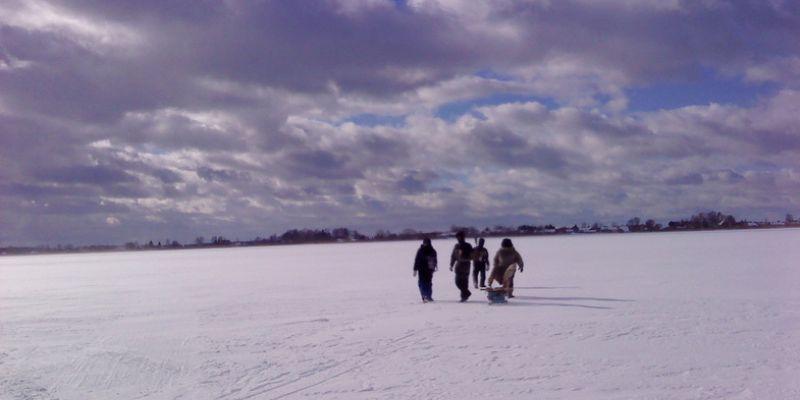 Псковским рыболовам разрешили рыбачить со льда