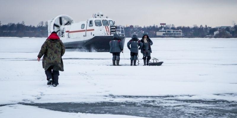 Отрыв льдины с рыбаками на ладоге