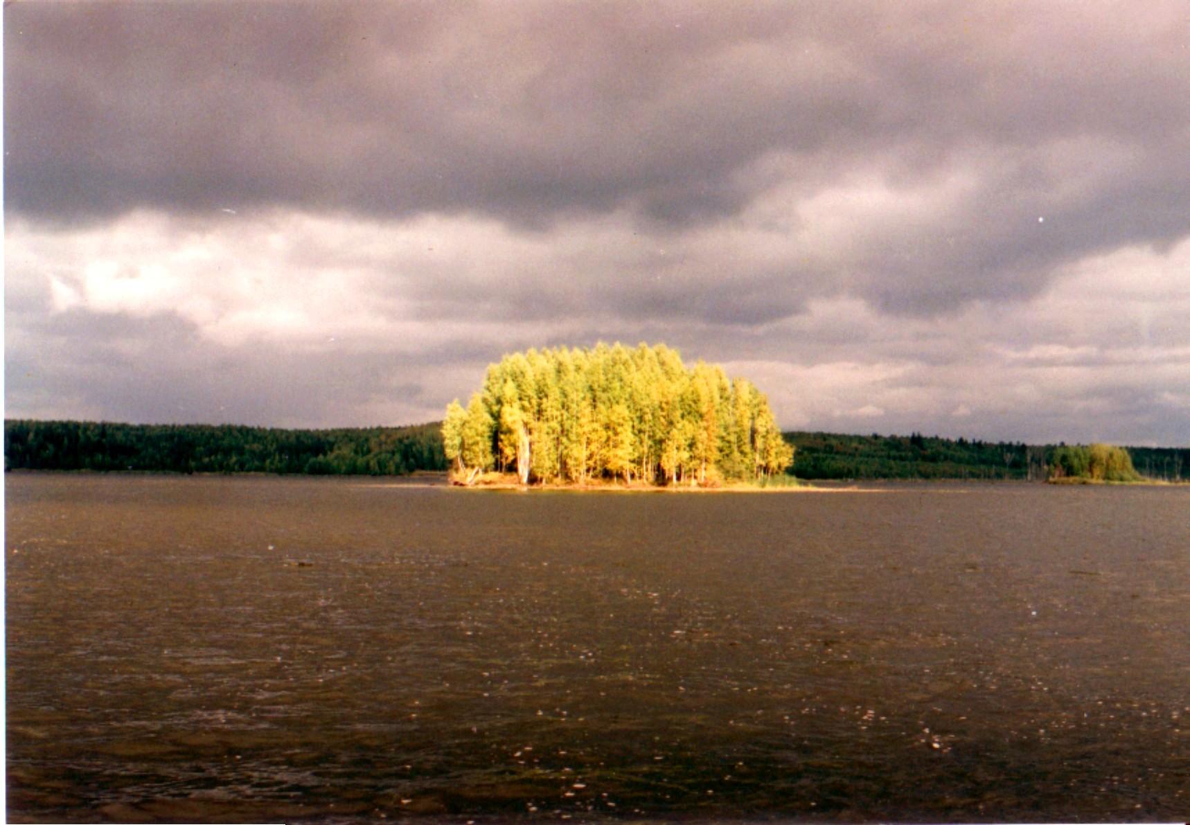 Осенью на островах, вид на остров посреди волги, фото