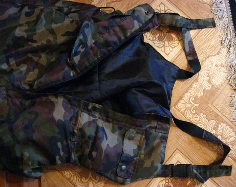 Одежда для зимней рыбалки, у штанов имеются лямки и клапан на змейке, качественное фото