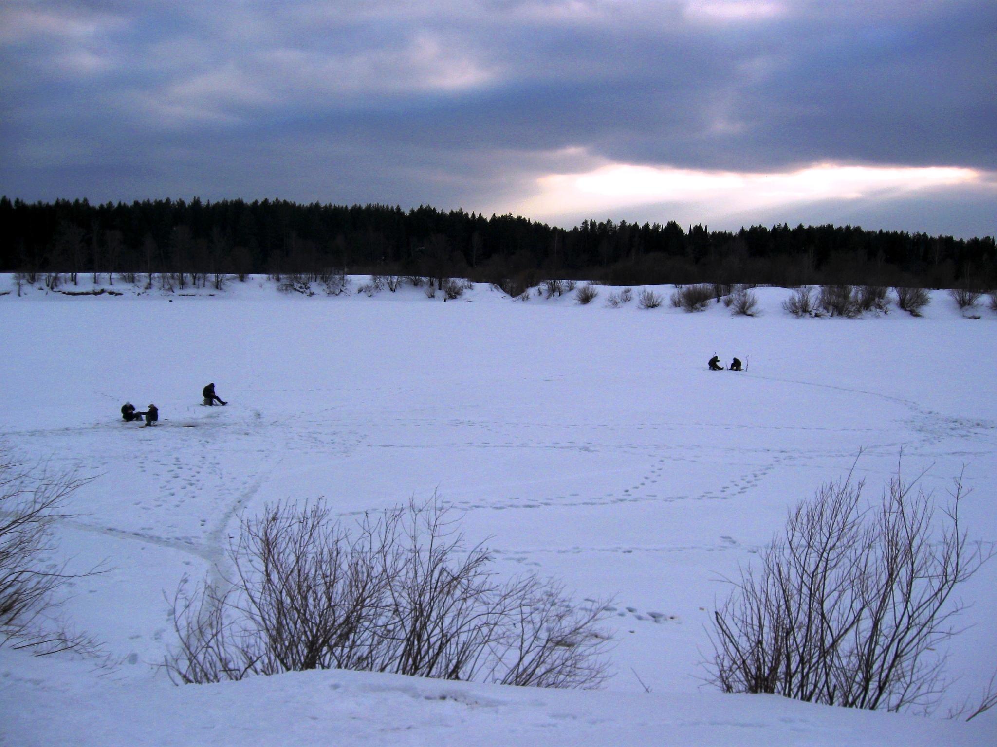 На льду в канун новогодья, вид на реку и рыбаков, подробное фото